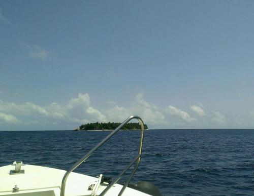 すぐ目の前の島が4日間お世話になる「アンサナイフル」<br /><br />水上コテージのない全室ビーチフロントコテージのみ。<br />1周10分の小さい島です。