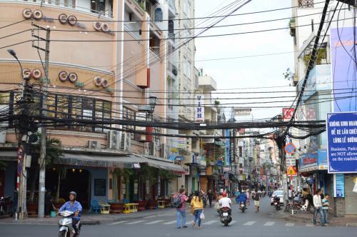 朝のブイビエン通りとデタム通りの交差点。<br />左側正面に見えるのが、クレージーバッファローと並んで人気のGOGOという名前のバー。