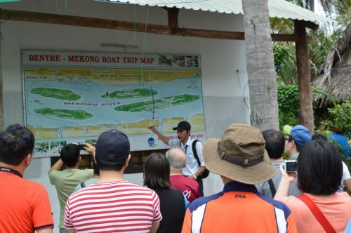 メコンデルタで今回回るコースの説明をするガイド。<br />島(中州)を2つ巡る。