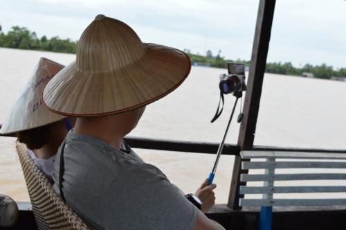 自分撮影用の器具を持参している韓国人のカップル。<br />旅行に行ったら自分の写真を撮ることが必須の韓国人、中国人に大人気の商品。