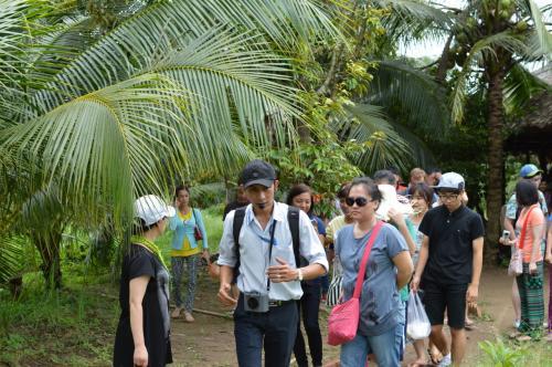 昼食のためのレストランへ向かって、ガイドを先頭に歩く参加者たち。