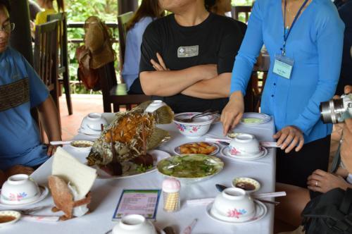 昼食。<br />テーブルに載っているエレファントフィッシュのから揚げをはじめ、鍋、肉料理、魚料理、ご飯と、結構豪華な料理なのだが、食欲旺盛な韓国人の大男たちのテーブルに座ってしまったため、最後は食事が足りなくなった。<br />やはり、西洋人のテーブルにすべきだった。<br />(他のテーブルは、肉も魚も沢山余っていて実にもったいない)