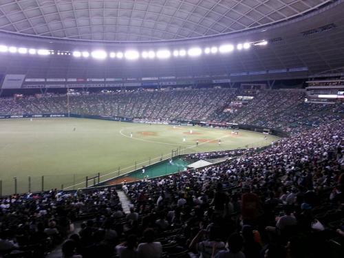 内野自由席の上部からの眺め。<br />3塁側はかなり入っていますが、1塁側はかなり空席が目立ちました。
