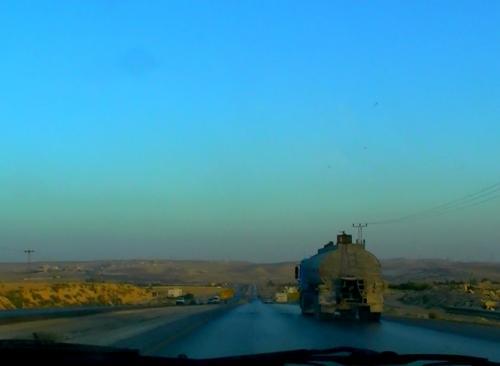 アリさんの運転で、ヨルダンの大地を走ります。<br /><br />いよいよ翌日はぺトラです。