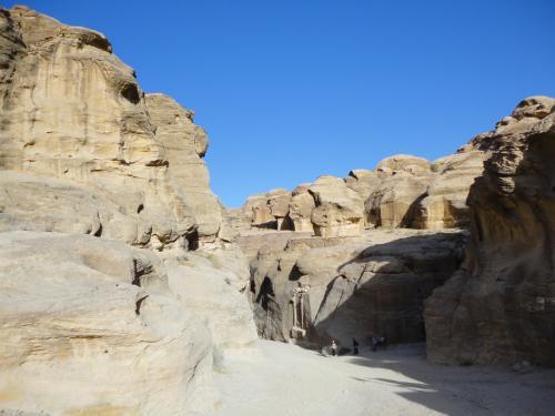 ヨルダン弾丸旅行の2日目。<br /><br />この岩の裂け目のような道を歩いて、ペトラ遺跡へと向かいます。
