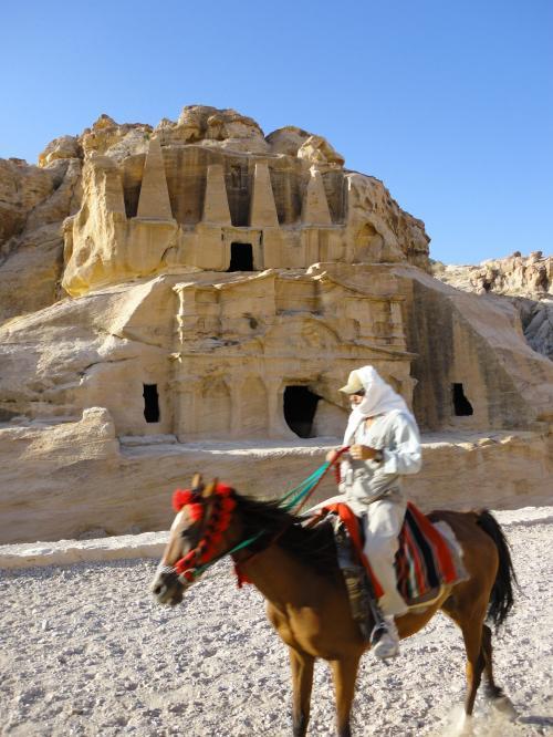 馬やラクダに乗らないかと、しきりに誘われますが、せっかく来たので気合で歩きます!<br /><br />しかし…ほんっとにキツイです。<br /><br />40超えてる方は、意地をはらずに乗ったほうが良いと思います。<br /><br />ほんっとにキツイです。