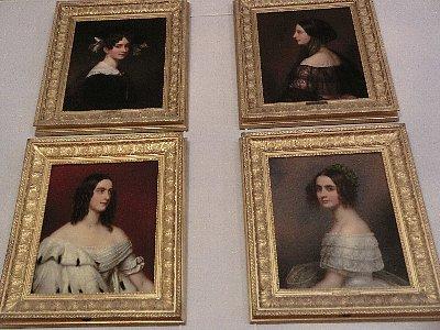 美人画ギャラリーには、36人もの美女がいます。ルートヴィッヒ1世が描かせたもので、若き日の妻や王女以外は彼の愛人達です。皆それぞれに美人で、踊り子や職人の娘でも後世に名を残せて、美人は得だね♪