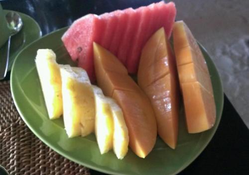毎朝新鮮マンゴを大盛りで食べました。