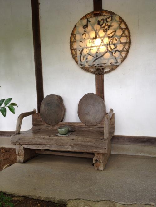 器屋さん入口に素敵な椅子が置かれて居ます。