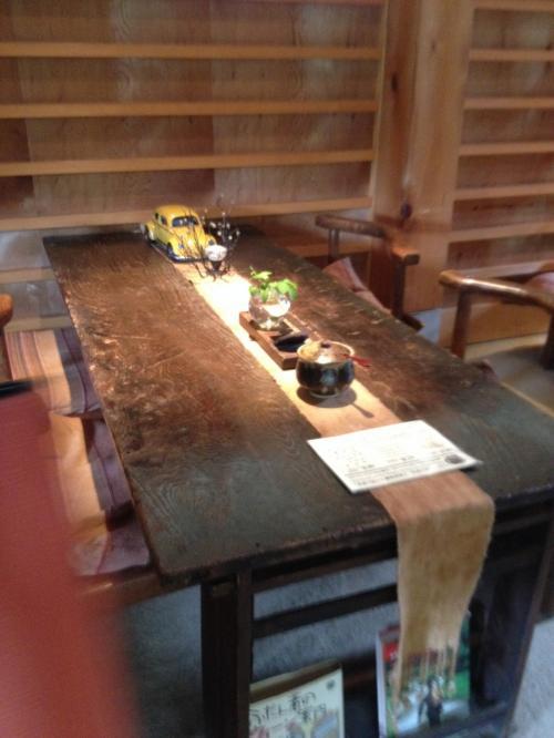 茶房 轤夢庵(ろまん)店内は個性有る家具など調度品で飾られていました。