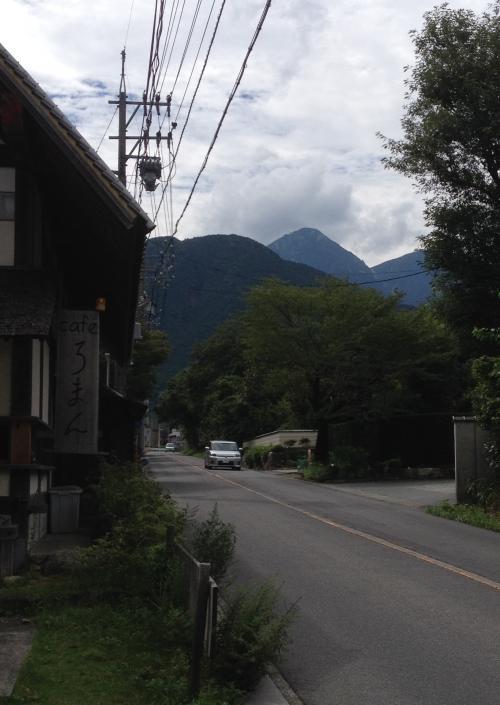 茶房 轤夢庵の道路脇より御在所岳ロープウェーを望めます。
