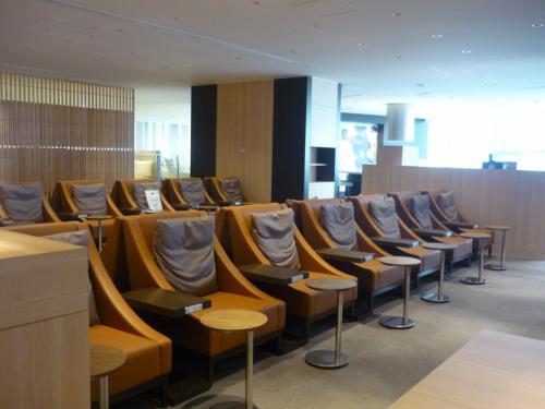 羽田空港のFクラスラウンジはこの時点ではまだ工事中だったため、こちらのFクラス優先スペースになっていました。