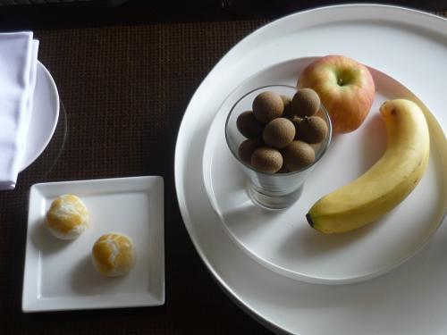 ウェルカムスイーツのミニパイとフルーツはりんご、バナナ、ライチ。おいしかったのでライチのみいただきました。