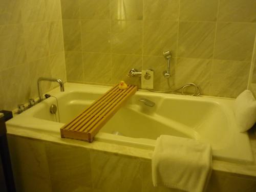 広々としたバスルーム。<br />浴槽はかなり大きめ。バスピロウもあります。<br />毎日アヒルちゃんを浮かべて長風呂しました。<br />