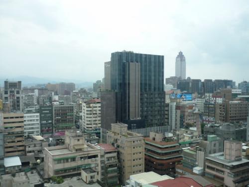 斜め前には、日本人御用達の高級ホテル、オークラプレステージが見えます。