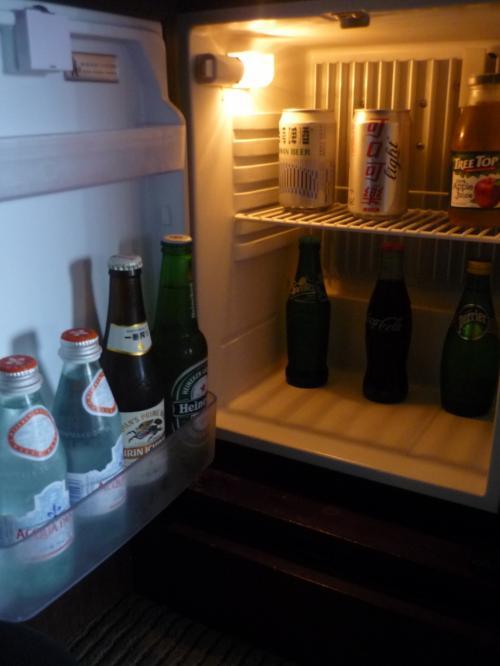 冷蔵庫の中はこんな感じ。利用しませんでしたが有料です。<br />私たちはコンビニでドリンクを買ってきて冷やしていました。