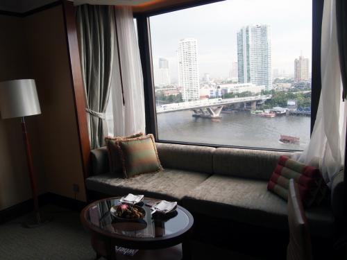 どこも観光する時間の無い身としては<br />まぁ、チャオプラヤー川サイドのほうがやっぱりいいかも<br />窓からの展望<br />