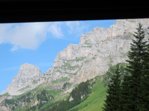 そうして、坂を登りきると、ドロミテの山々を思わせる岩山群が現れます。