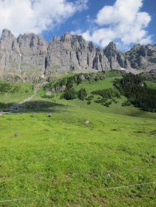 このドロミテチックな絶壁の山々はイエーガーシュテック連峰。