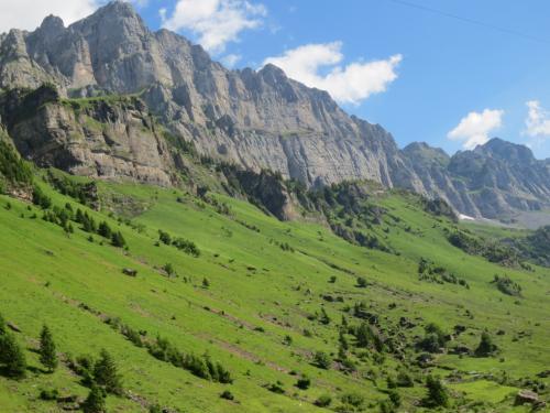 そして見上げれば、猛々しく美しい山々♪
