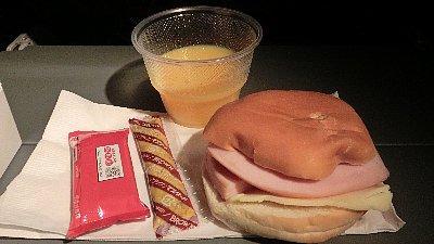 機内食:夜食(ハム+チーズ)<br /><br />そこからが大変、さてどういうルートでPEIへ行きましょう。ネットで各航空会社の時刻表を検索し、料金を調べ… 頭をフル回転させて結局、JALのマイルで他社機に乗せていただくことにしました。<br />東京(行きは成田、帰りは羽田)〜ニューヨーク〜モントリオールの往復が5万マイルで、モントリオール〜シャーロットタウン往復だけ5万円ほどエアカナダにお金を払います。友人はマイル旅行なので解約はできず、ルート変更と迷惑料としてマイルを2万マイル返してもらったそうです。さすが!<br /><br />このトラブルで私の現金の支払いは1/3になり、かえって良かったかな。<br />いつも言ってるでしょ、転んでもタダでは起きない私です!って。(笑)