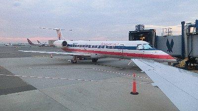 JFKから乗った飛行機、エンプラエルERJ145(1列+2列の座席)<br /><br />さらに予定と狂ったのは、友人と合流した後のフライト、モントリオール〜PEIの便が予約オーバーで乗れなかったことです。その代わりモンクトンへの座席とモンクトンからシャーロットタウンへのタクシー代、そして一人100ドルの迷惑料をくれました。一度渡ってみたかったコンフェデレーション・ブリッジを走れるし、友人は左ハンドルの勘を取り戻すのに丁度良いと、航空会社の人の申し訳なさそうな顔に神妙に頷きながら、心の中ではニンマリしていたのでした。