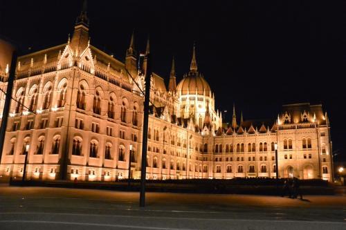20時半〜21時ごろ<br /><br />Kossuth Lajos tér駅を出た瞬間、<br />目の前に大迫力のライトアップされた国会議事堂が!<br />思わず立ちすくむほどの美しさです!!!