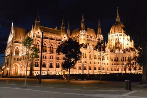四方からライトアップされていて、<br />どこから見ても幻想的です。<br /><br />さすが、『世界一美しい国会議事堂』と言われるだけのことは、<br />十分にあります。
