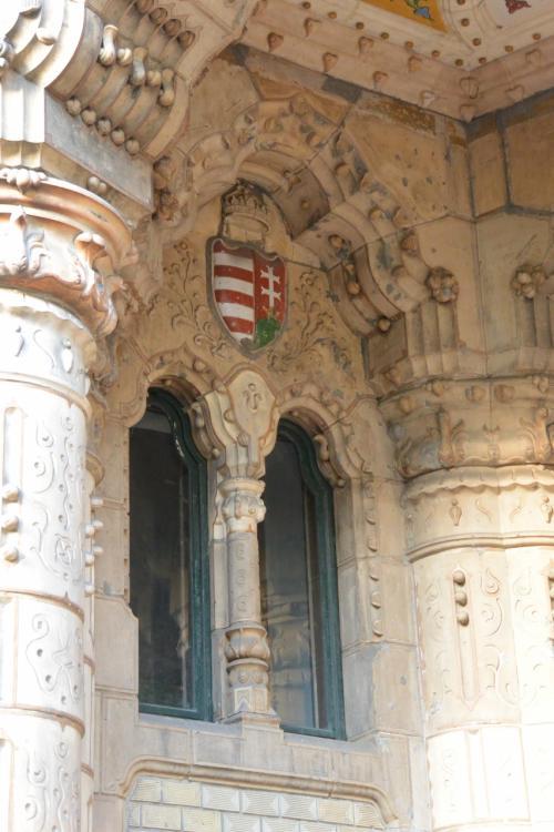 外壁に、ハンガリーの国章。<br />盾の上に聖イシュトヴァーンの王冠が乗っています。<br /><br />イシュトヴァーンの聖堂は後ほど向かいます。