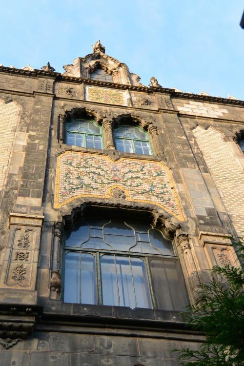 応用美術館は、<br />ハンガリーを代表するアール・ヌーボー建築家、レヒネルの代表作です。<br /><br />装飾1つ1つに、色鮮やかな草花が咲き誇り、<br />実に繊細。<br /><br />ハンガリーの民族的な模様が多く盛り込まれているだけでなく、<br />イスラム教やヒンドゥー教のモチーフも含まれているそうです。