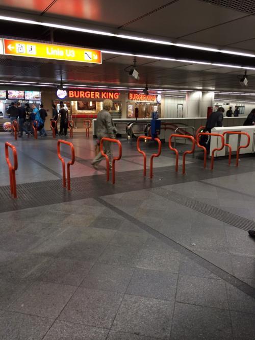 ブダペストから特急(railjet)に乗り、夜にウィーンに到着。<br /><br />17:24 Kelenföld駅 → 19:57 MEIDLING駅<br /><br /><br />駅の切符売り場で、市内交通の48時間フリーパスを購入。<br />券売機で買えます。<br />英語表記に切り替えができるので、難しくないです。<br />翌々日の夕方にプラハに旅立つので、48時間フリーパスにしました。<br /><br />ウィーンカードのほうが安い旅程の方は、別です。