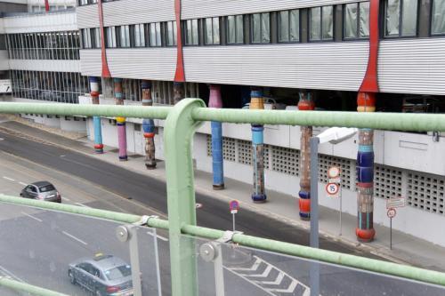 ちなみに、ビルの裏側にも、<br />確実に何も支えていなさそうな柱が鎮座しており、<br />なかなかのおもしろさです。