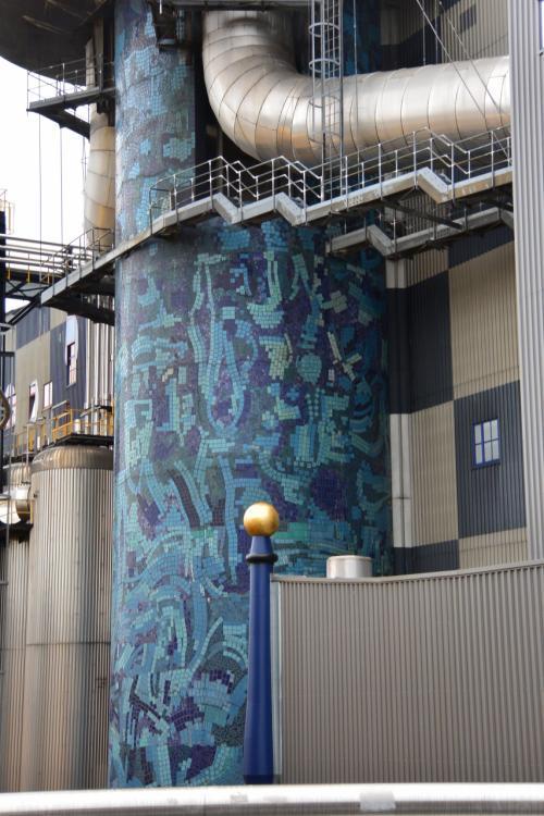 青い柱は、ランダムにタイルっぽいものが貼ってある様子。