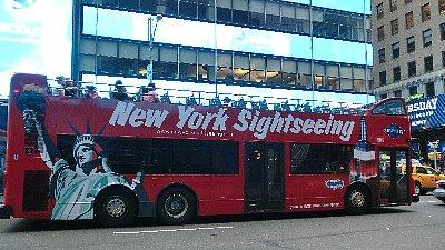 ニューヨーク市内観光バス2<br /><br />空港からタクシーに乗るのが不安な人には、送迎をしてくれる日本人経営の会社があります。タクシーよりも安い料金(30〜39ドル)ですが、二人以上からなので今回は利用できませんでした。「ニューヨーク あいのり空港送迎」で検索すると何社か出てきます。