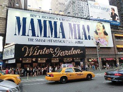 マンマミーア<br /><br />ブロードウェイのミュージカル「マンマミーア」を観ました。いやぁ、楽しかった♪ <br />旅に出る前に日本のを観たんですけどね、失礼だけど比べ物になりません。最後は総立ちで、歌に合わせて手をたたいたり踊ったりでした。本場のミュージカルにハマりそうです。いつか、ニューヨークでミュージカルを二つか三つ観る旅をやりたいと思います。当日券では観たいチケットが手に入らないかも知れないので、あらかじめ手に入れておきました。