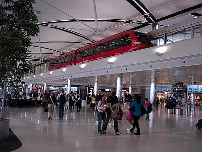 乗換のデトロイト空港、建物の中をモノレールが走ります。