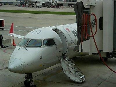 小さな飛行機でPEIへ。ドアが階段になってます。