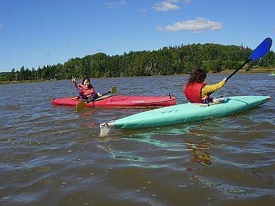 【火曜日】ボート遊び<br /><br />若い子達は一人乗りのカヤック、30歳以上はカヌーでした。先生が一緒に乗ってくれたので、私達ったら形だけ舟をこいでるだけでしたわ。(^^ゞ