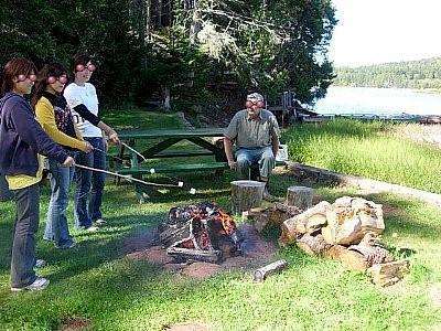 マシュマロを焼くと美味しい♪<br /><br />川遊びの後は、火を焚きマシュマロを木の枝に刺して焼いて食べました。これが美味しいのなんのっ!