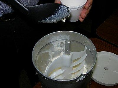 【水曜日】アイスクリーム作り<br /><br />アンの時代は機械を手回しだったので大変だったようですが、現代は電動です。