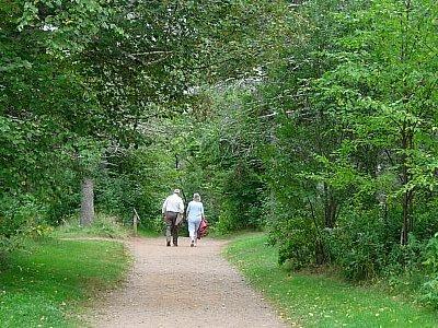 【木曜日】恋人の小道を歩くカップル<br /><br />Cavendish 観光。「赤毛のアン」の本の中にアヴォンリーとして登場する場所です。グリーンゲイブルズ(緑の切妻屋根)と呼ばれるアンが住んでいた家や、恋人の小道、お化けの森、モンゴメリが住んでいた家の跡(Homestead)、モンゴメリのお墓などを見て歩きました。