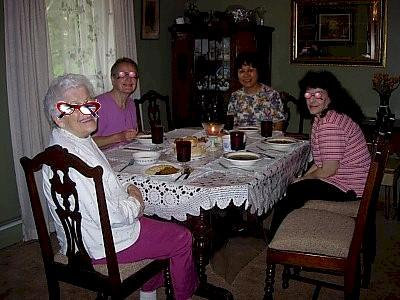 食堂(食事私が作ったカレー)<br /><br />町に住んでいる娘さんがボーイフレンドと食事に来たり、親戚の人を呼んだり(送り迎えも)と面倒見の良い母さんです。夕方私を迎えに来て5時15分に帰宅、そしてどこの家も6時に夕食です!