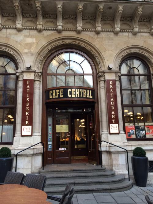 朝7:30、ホテルを出発して朝食を食べようと<br />『カフェ・ツェントラル』へ。<br /><br />地下鉄U3 Herrengasse駅を出てすぐ。<br /><br />公式HP<br />http://www.palaisevents.at/en/cafecentral/<br /><br />色々な方の旅行記で見て、とても雰囲気が良かったので<br />行ってみました。