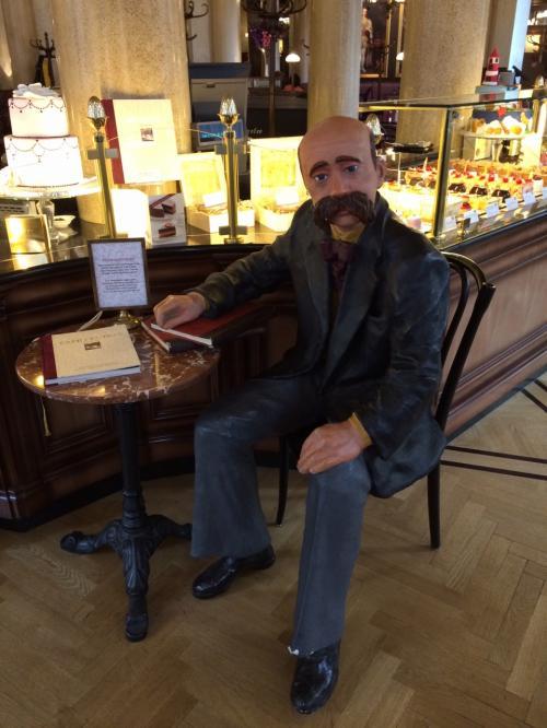 入口にはペーター・アルテンブルグという文化人の像。<br /><br />昔から文化人に愛されたカフェみたいです。<br />