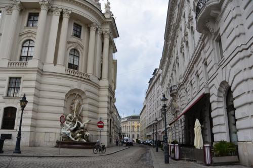 王宮沿いの通り。<br /><br />王宮沿いの通りは、ホワイトグレーの<br />とってもシンプルで上品な印象ですが、<br />王宮の目の前の通りは、<br />完全にブランド通りで、銀座的な感じになってます。