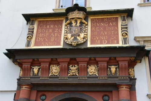 門の上に、王冠と鷲の紋章が見えます。<br />門がエンジ色とか、ちょっと珍しくないですか?
