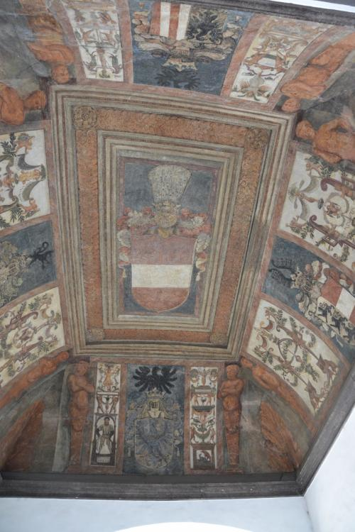 スイス門の中の天井のフレスコ画。<br /><br />ここにもオーストリアの紋章。