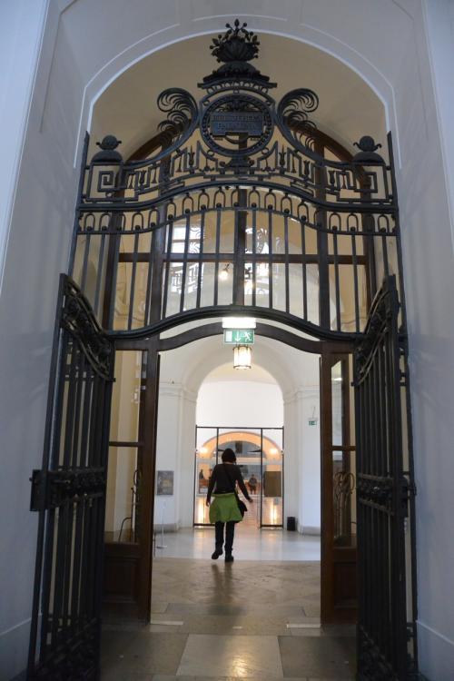 さて次は、王宮図書館プルンクザール。<br />世界一美しい図書館として知られるところです。<br /><br />図書館好きとしては、この日最大の見学スポットです!<br />ほぼ、ここだけが見たかったと言っても<br />過言ではありませんっ!<br /><br /><br />なぜかドアの中に、更に門。<br />厳重さが、ますます期待を煽ります。