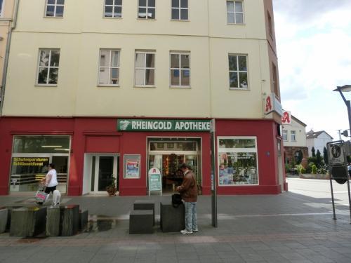 ラインゴルト薬局発見。<br />名前はこの町を舞台にした中世叙事詩「ニーベルンゲンの歌」のラインの黄金からとったのでしょう。