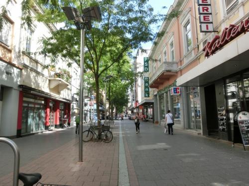 駅前から続くヴィルヘルム・ロイシュナー通り。